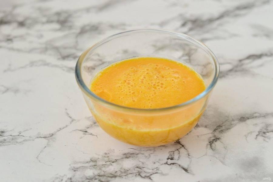 После переложите в блендер вместе с сиропом топинамбура, соевым молоком, солью и ванильным сиропом. Измельчите до однородности.