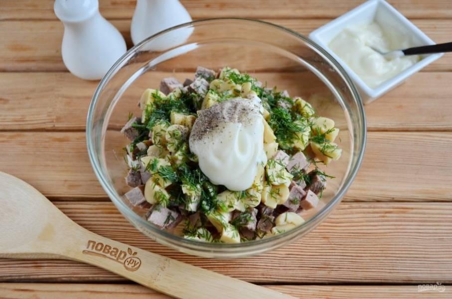 Заправьте салат майонезом, добавьте укроп, соль, перец черный молотый.