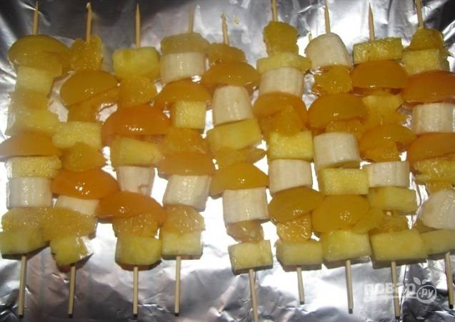 Кусочки фруктов одевайте на шпажки, чередуя их между собой.