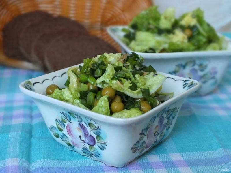 Разложите салат порционно и подавайте к столу. Приятного аппетита!