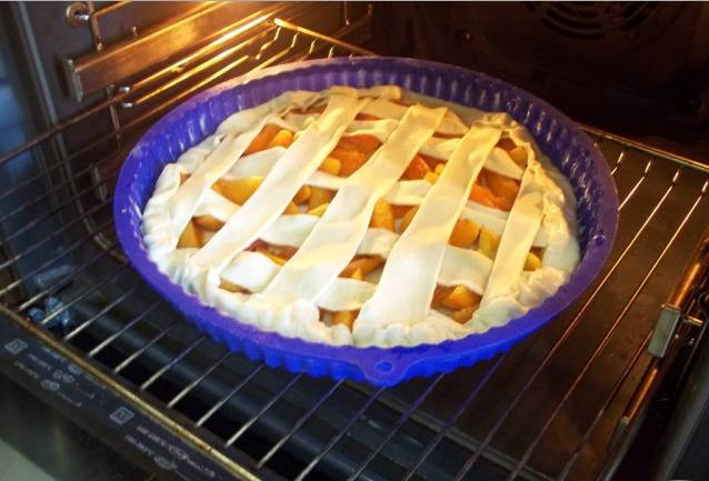 2. Из второго куска теста тоже формируем тонкий пласт, режем его на полосочки, и красиво выкладываем плетенкой поверх абрикос. Смазываем взбитым яйцом. Отправляем в разогретую до 200 градусов духовку на 20 минут.