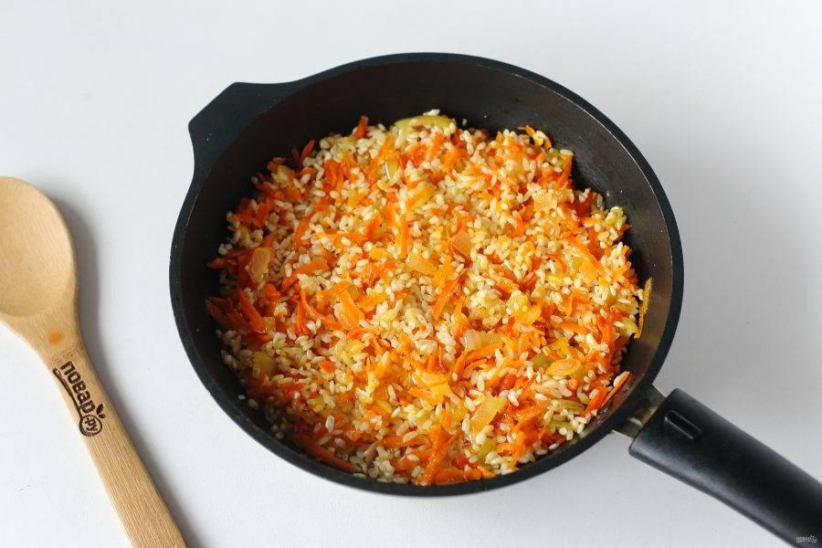 Добавьте промытый рис, соль по вкусу и прогрейте все вместе еще пару минут.