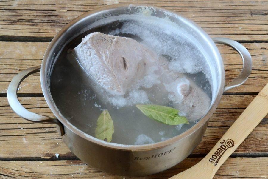 Отварите говядину до готовности в подсоленной воде примерно в течении часа. За 30 минут до готовности отправьте в кастрюлю перец горошком и лавровый лист.