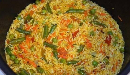 """Вливаем горячую воду, солим. Перемешиваем и готовим в режиме """"Рис"""" до готовности блюда."""
