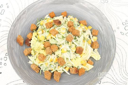 Салат заправьте майонезом и солью. Блюдо перемешайте, а сверху добавьте кириешки. Приятного аппетита!