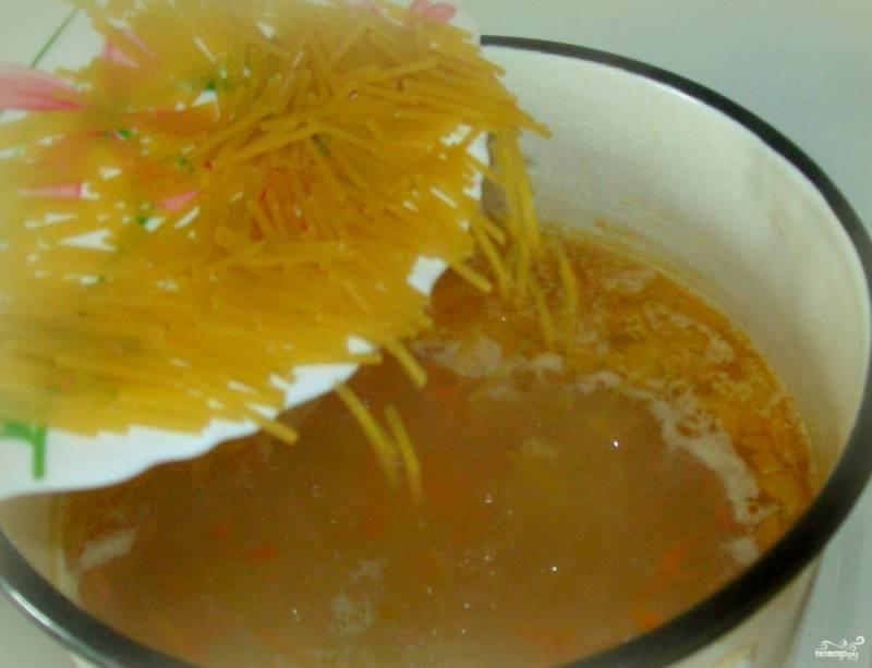 После того, как из кастрюли сняли пену, кладем в нее картошку, солим, перчим по необходимости. Через десять минут кладем макарошки и зажарку из сковородки.