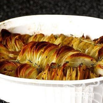 3. Если картофель становится коричневым слишком быстро, заверните его в фольгу. Готовый картофель подавать с кусочками козьего сыра и ломтиками поджаренного бекона.