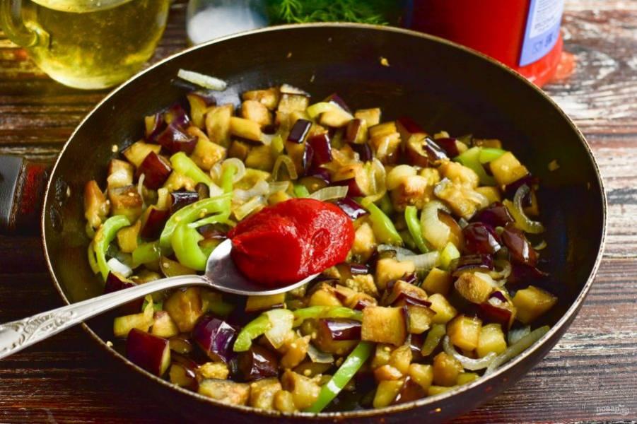 Тушите овощи на умеренном огне в течение 10 минут, затем добавьте томатную пасту. Хорошо все перемешайте.