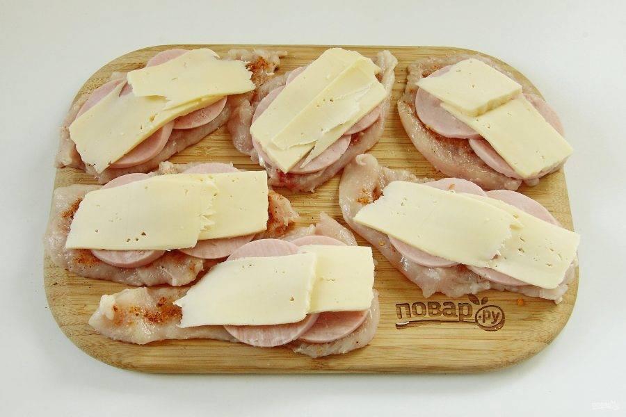 4. Часть сыра натрите на терке, остальную часть нарежьте тонкими ломтиками и выложите на ветчину.