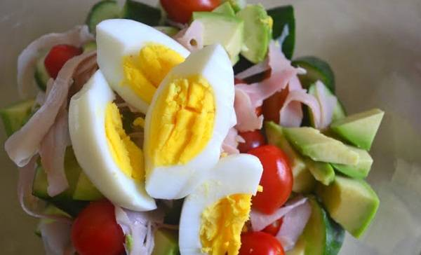 4. Салат с мясом, помидорами и яйцами готов! Подаем сразу. Приятного аппетита!