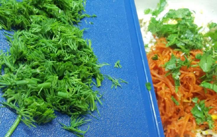 Измельчите всю зелень. Смешайте ее с другими ингредиентами.