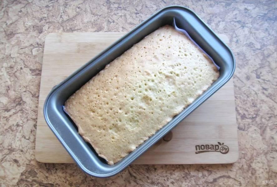Выпекайте кекс в заранее разогретой до 175-180 градусов духовке 40-50 минут. Готовность проверьте сухой палочкой.