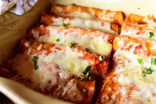 8. Посыпьте блюдо сверху оставшимся сыром и запекайте его в духовке при температуре 190 градусов в течение 20 минут.