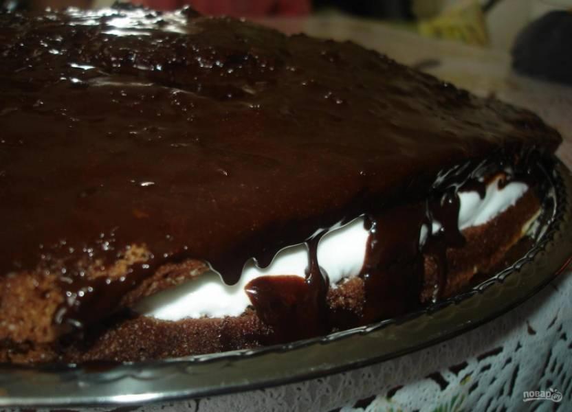 Сверху украсьте торт глазурью. Сделайте необходимую вам форму торта, срезав края.