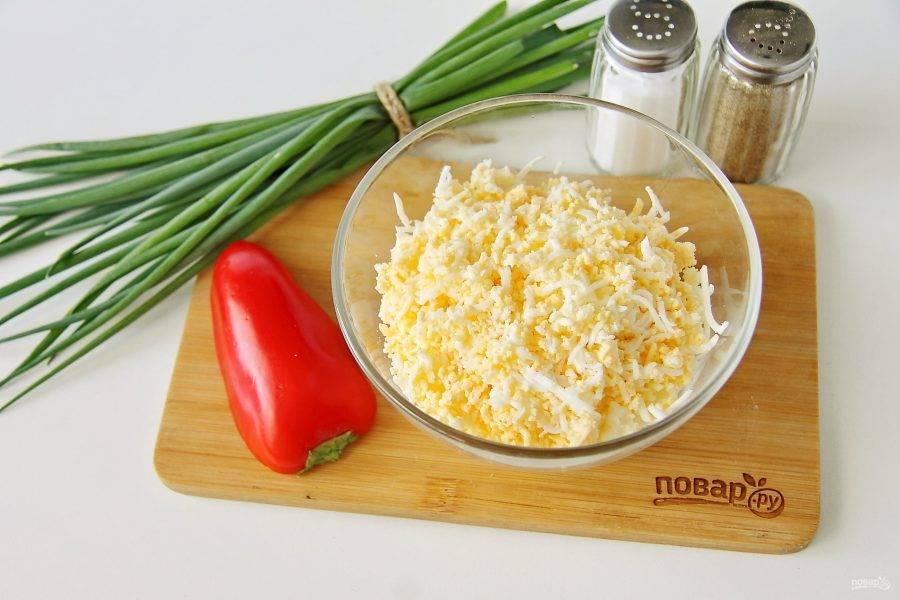Яйца очистите и также натрите на терке. Добавьте к сыру.