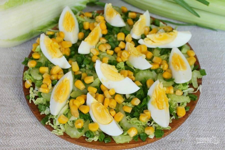 Консервированную кукурузу насыпаем в сито, чтобы стекла жидкость, а затем, добавляем в салат.