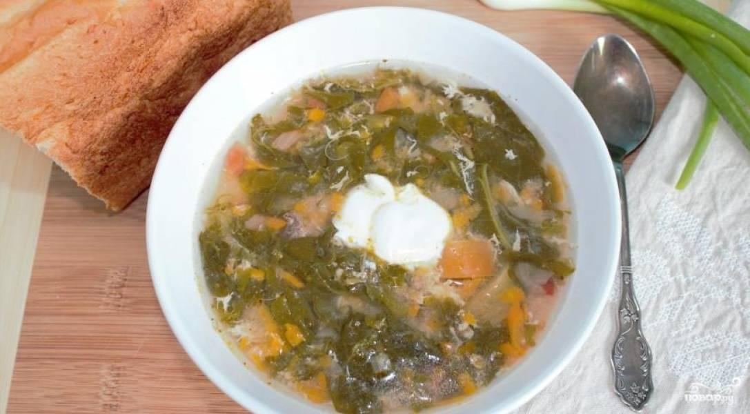 6. В мисочке взбейте яйца с небольшим количеством воды, в конце варки, влейте их тоненькой струйкой в суп, непрерывно помешивая. Доведите до кипения, после чего снимите с огня.
