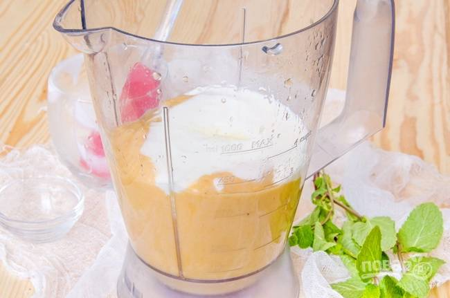5.Вливаю йогурт (у меня без добавок), кладу ложку меда (по желанию).