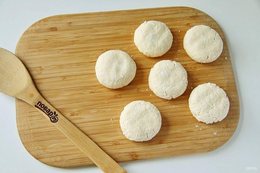 Сформируйте пухлые сырники и хорошо обваляйте их в муке.