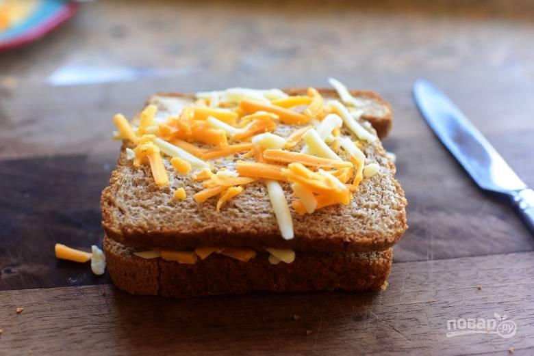 3. Посыпьте щедро хлеб тертым сыром.