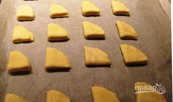 Разогрейте духовку до ста восьмидесяти градусов. Застелите противень пергаментом для запекания. Затем выложите на него печенье и запекайте двадцать минут до золотистого оттенка.