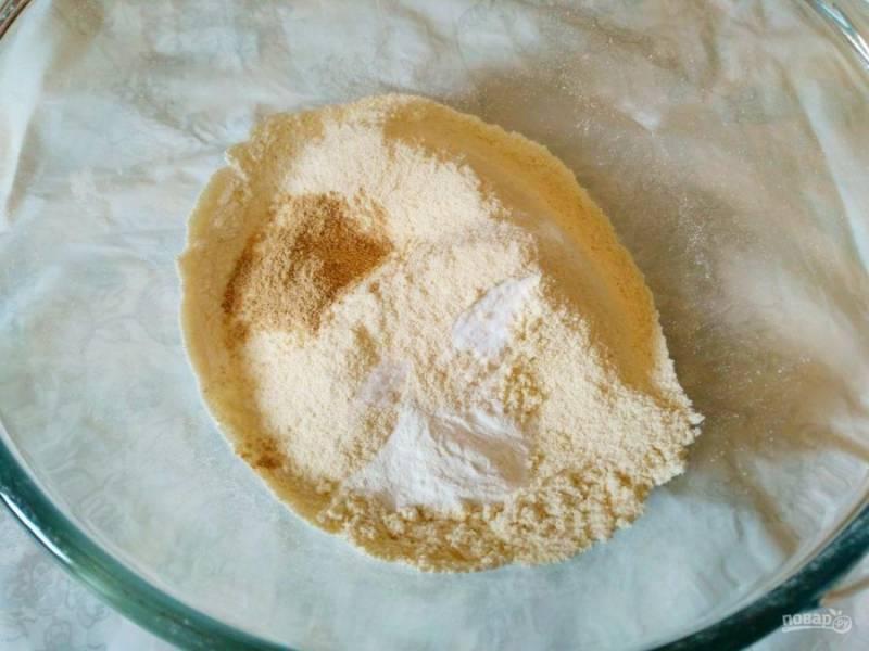 В глубокой миске соедините все сухие компоненты, кроме сахарного песка: просеянную муку двух видов, молотый имбирь, разрыхлитель, соду и щепотку соли.