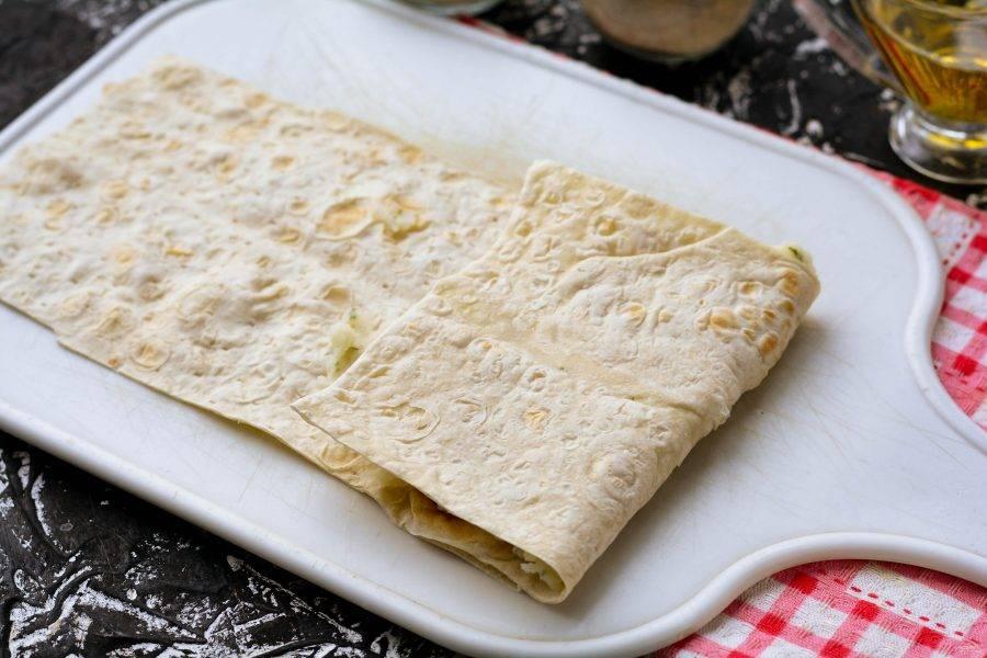 Заверните пирожок из лаваша, скручивая его по всей длине. Начинка не высыпется, картофель густоват сам по себе.