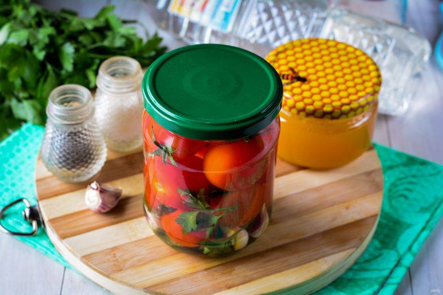 Залейте помидоры горячим сладким маринадом, закатайте крышками.
