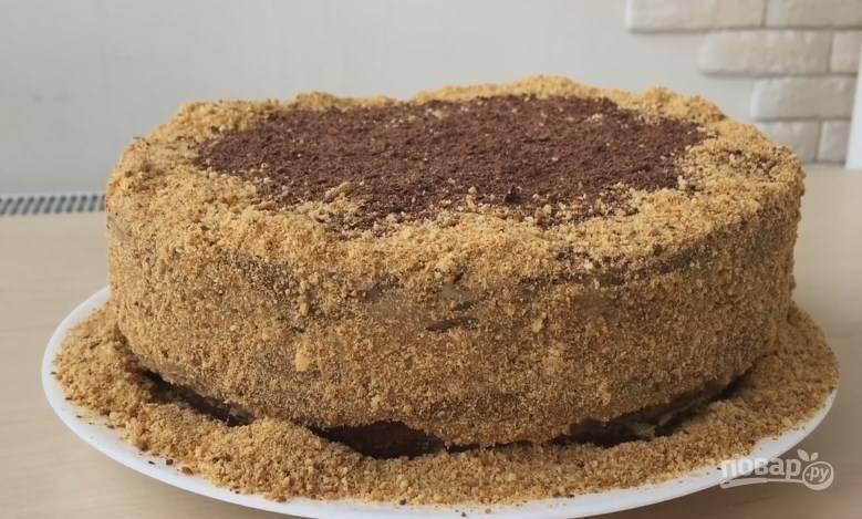 10. Сверху присыпьте бисквитной крошкой и тертым шоколадом. Вот такой торт должен у вас получиться. Приятного аппетита!