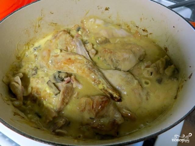 6. Заливаем наше мясо полученным соусом, начинаем тушить.