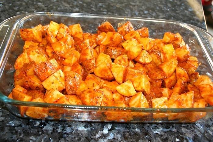 4. Выложить в форму для запекания или в глубокий противень. Отправить в разогретую духовку на 35-40 минут. Чтобы картошечка пропеклась равномерно ее необходимо перемешать каждые 10 минут.