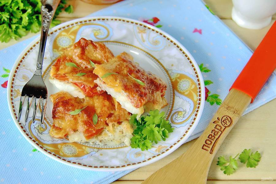 Минтай с сыром и помидорами в духовке