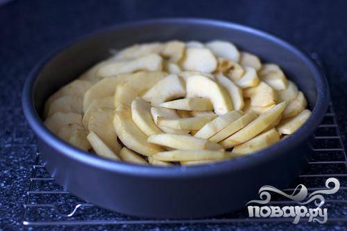 2. Растопить сливочное масло в маленькой кастрюле. Добавить коричневый сахар и варить на умеренном огне, помешивая, 4 минуты, затем перемешать со щепоткой соли. Снять с огня и вылить в подготовленную форму. Сверху выложить ломтики яблок, чтобы они перекрывали друг друга.