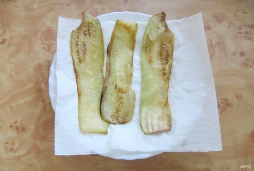 Обжарьте пластины баклажана с обеих сторон до легкой золотистой корочки. Выложите на бумажное полотенце для удаления жира.