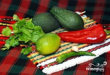 Для этой закуски нужно правильно выбрать авокадо. Он не должен быть каменным снаружи при нажатии на кожуру. Для начала подготовим овощи. Авокадо, лайм, зелень и перцы нужно помыть и обсушить.