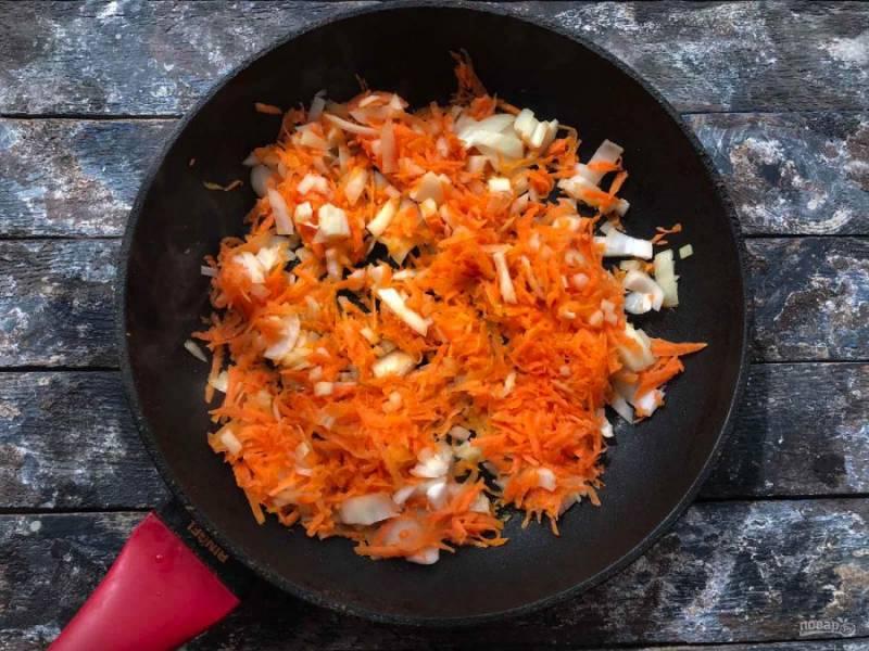 Морковь с луком очистите и промойте под чистой водой. Лук мелко нарежьте, морковь натрите на средней терке. На хорошо разогретую сковороду с растительным маслом выложите овощи и обжарьте их в течение 8-10 минут.