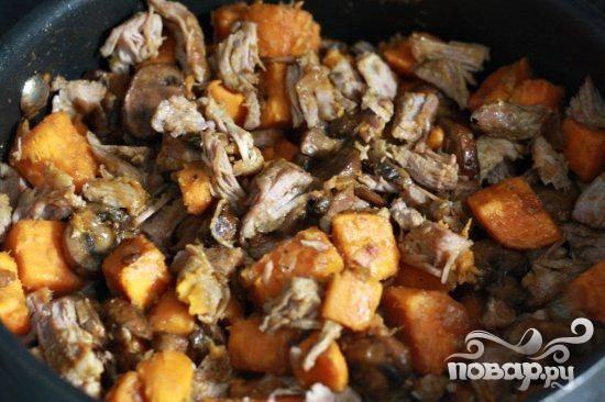 7.  Перемешать со свининой и готовить в течение 1 минуты, пока мясо не нагреется. Сверху посыпать зеленым луком и подавать.