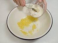 Половину сахара разотрите с желтками и смешайте с разбухшей манкой. Добавьте остальной сахар.
