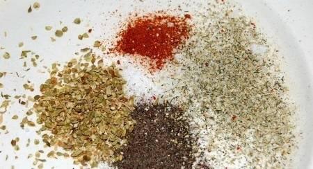 Подготовьте необходимые специи, например: соль, перец, орегано сухой, перец красный острый.