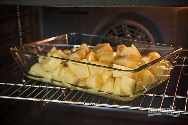 3. Выложите картофель в жаропрочную форму и отправьте в духовку минут на 20.