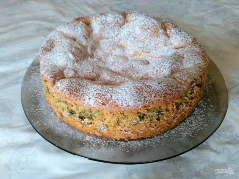 Выпекайте бисквитную шарлотку со щавелем при температуре 170 градусов в течение 50-55 минут, проверяя готовность деревянной палочкой. При подаче по желанию посыпьте пирог сахарной пудрой.