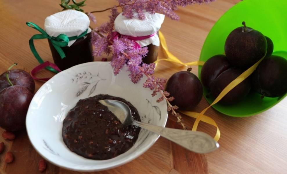 6. Вот такое красивое у нас получается в результате сливовое варенье с какао в домашних условиях. Его можно закатать по банкам и отправить в погреб, кладовую или холодильник.