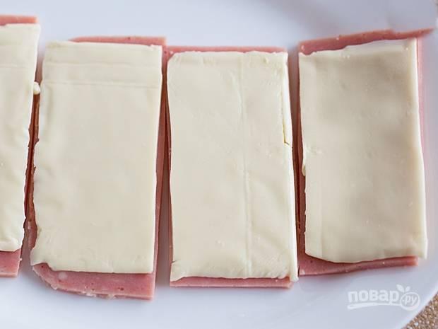 1. На каждый ломтик ветчины положите по помтику сыра.