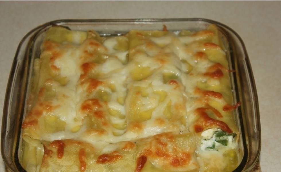 3. Для соуса подогреем сливки, добавим оставшийся тертый сыр и орегано. Соль - по вкусу. Держим на плите, пока сыр не расплавится, затем заливаем сверху каннеллони и отправим их в духовку на 30-40 минут. Приятного аппетита!