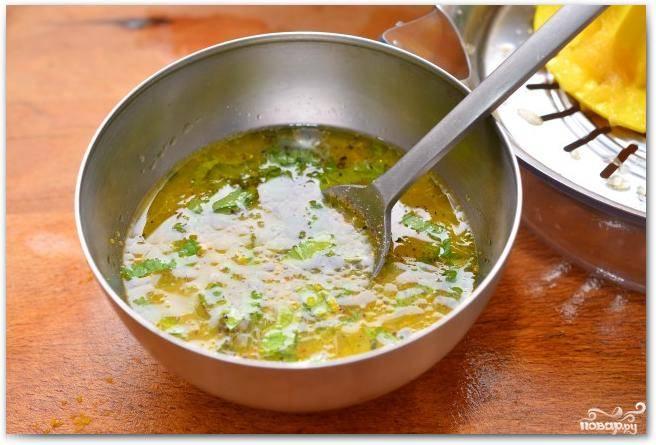Мелко нарезаем листья мяты и добавляем в соус. Солим, перчим по вкусу.