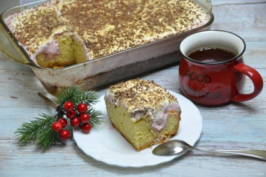 Дайте пирогу еще немного настояться в прохладном месте, после чего его можно подавать к столу. Получился необыкновенно вкусный пирог с классическим сочетанием клубники со сливок. Обязательно приготовьте для своих родных!