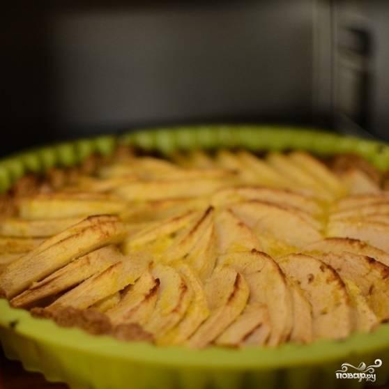 14. Выпекайте пирог в разогретой до 180 градусов духовке в течение 30 минут. После выпечки французского яблочного пирога духовку не выключайте.