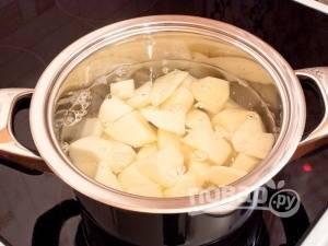 Далее отварите картофель в подсоленной воде до готовности.