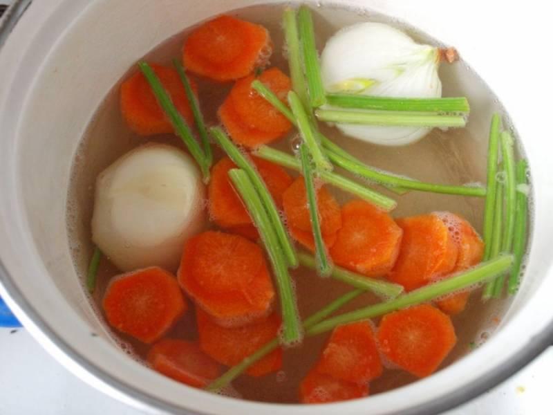 Готовим бульон из одной луковицы, моркови и черешков петрушки.