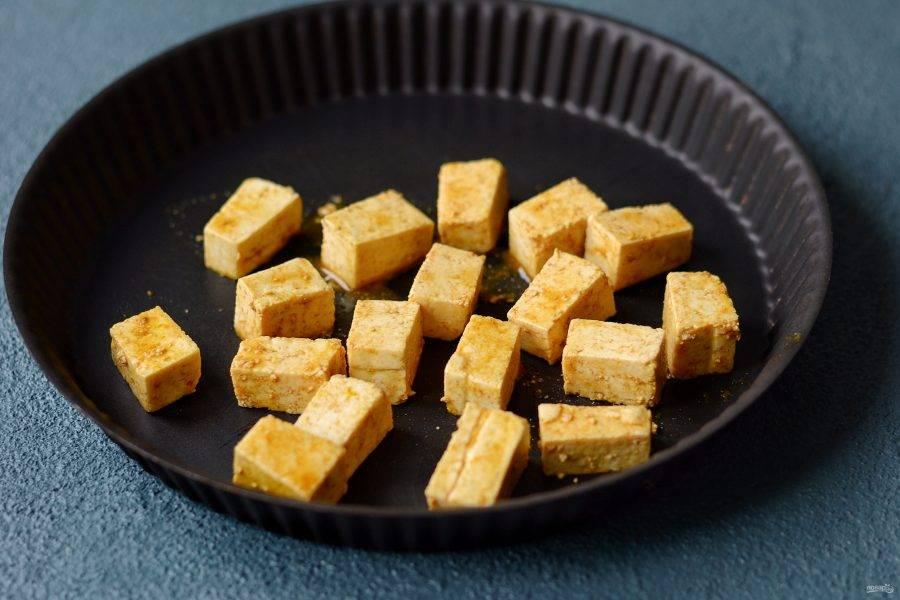 Тофу нарежьте кубиками. Посолите, добавьте кукуруму и острый перец чили. Запекайте в духовке 25 минут при температуре 200 градусов.